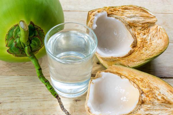Làm sạch làn da với nước dừa